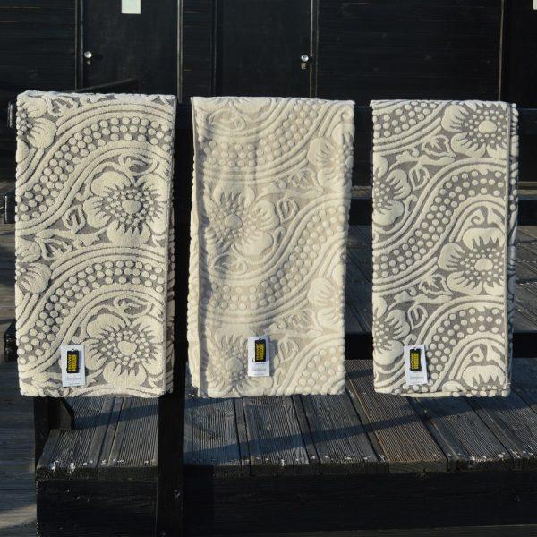 Toallas de baño sostenibles fabricadas con algodon organico y algodon reciclado.
