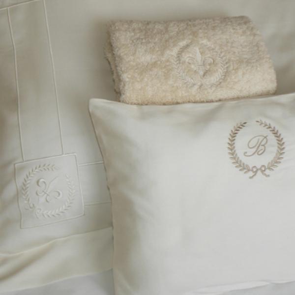 Funda de almohada modelo Oxford bordada, almohada decorativa bordada, toalla de invitados bordada.